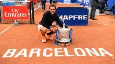 Rafa Nadal posa junto al título conquistado en 'su' pista en 2017. (AFP)