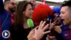 Marina Lorenzo, reportera de Canal + Francia fue acosada por aficionados del Barcelona.