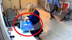 Cristina Cifuentes con una bolsa del Canal de Isabel II cuando roba cosméticos en Eroski.