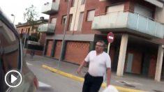 El mosso separatista Albert Donaire se mofa de un anciano (al que provoca previamente) tras caerse | Última hora Cataluña