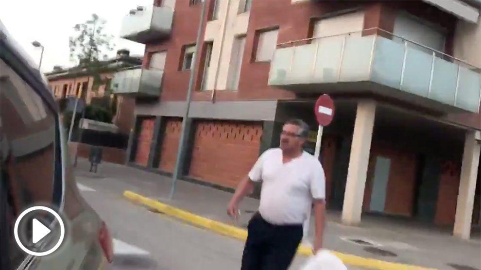 El mosso separatista Albert Donaire se mofa de un anciano (al que provoca previamente) tras caerse