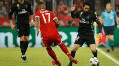 Isco sufrfió un golpe en el hombro en esta acción con Boateng, en los primeros minutos del partido (AFP).