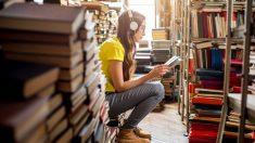 Una joven escuchando música en su dispositivo electrónico (Foto. Istock)