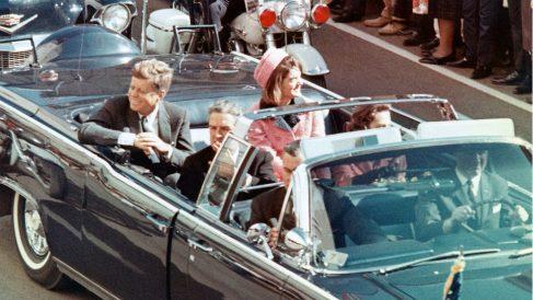 John F. Kennedy y su esposa Jackie en las calles de Dallas, segundos antes de su asesinato.