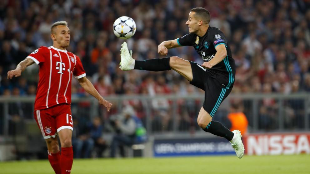 Lucas trata de controlar un balón ante la presencia de Rafinha. (AFP)