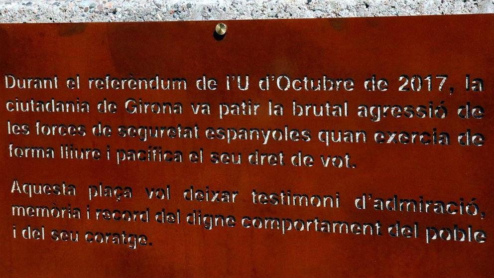 Placa de la plaza 1 d'octubre (antes de la Constitución) de Gerona.