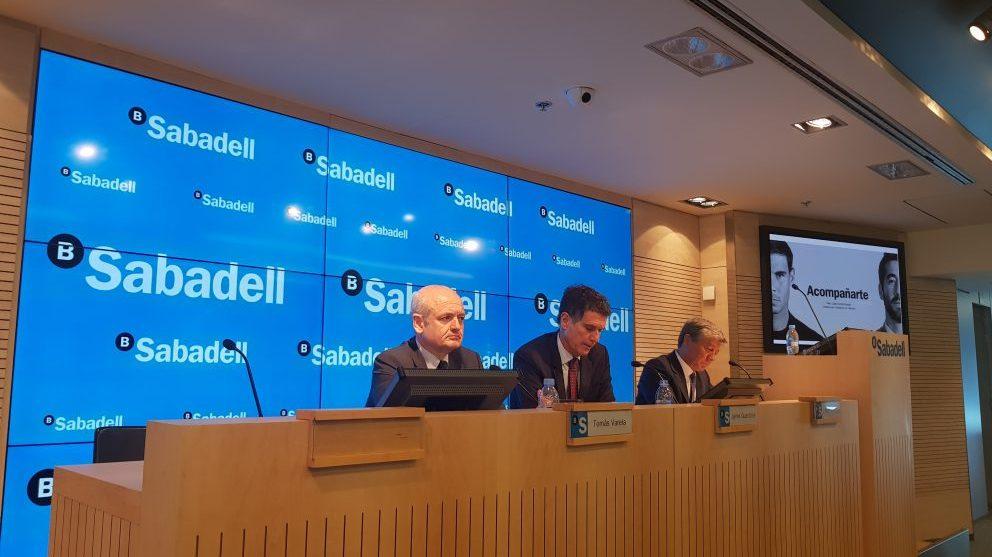 Tomás Varela, director financiero de Banco Sabadell, junto a Jaime Guardiola, CEO de la entidad, y Gabriel Martínez, director de comunicación. (Foto: Borja Jiménez)
