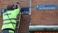 Cambio de la placa de la calle al general Millán-Astray por la de la Maestra justa Freire.