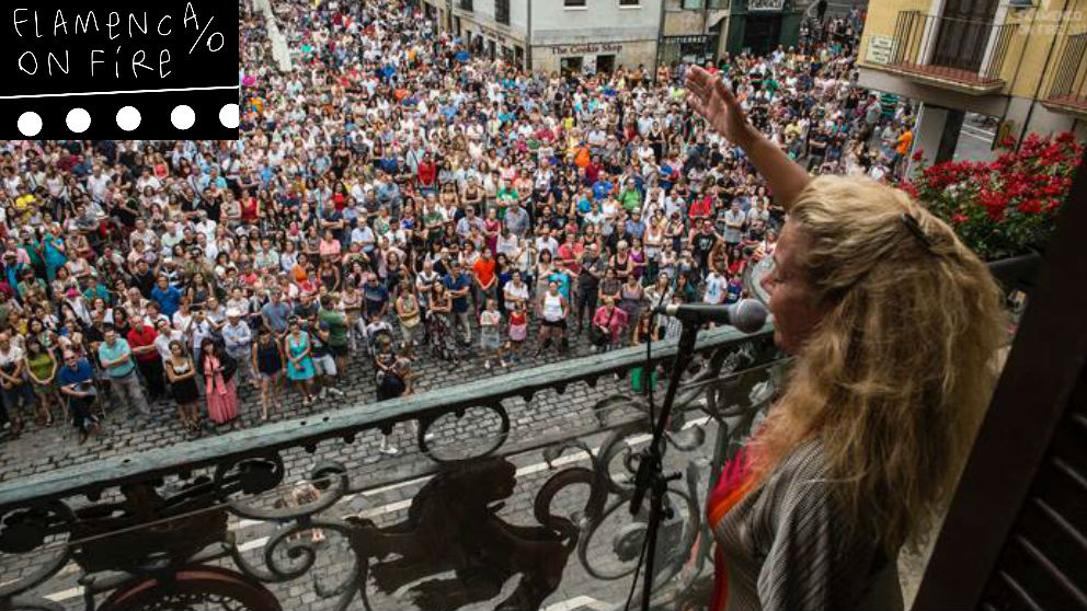 Una de las artistas de Flamenco On Fire del año pasado en el balcón del Ayuntamiento de Pamplona en plena actuación. Foto: Flamenco On Fire