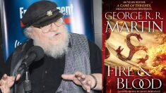 George R.R. Martin y la portada de su libro 'Fire and blood'. (Foto: AFP)