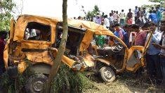 El autobús que chocó con un tren causando la muerte de 13 niños (Foto: AFP).