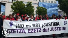 Colectivos feministas concentrados ante el Palacio de Justicia de Navarra, por el caso de 'La Manada'.