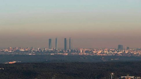 La ciudad de Madrid envuelta en una capa de contaminación