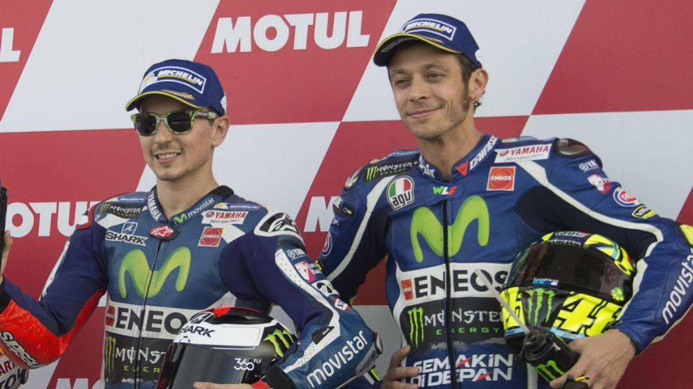 Jorge Lorenzo y Valentino Rossi compartiendo podio durante la época de ambos en Yamaha. (Getty)