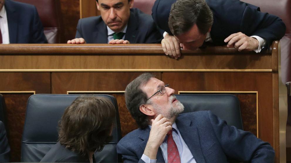 Mariano Rajoy conversa con Rafael Hernando en el Congreso de los Diputados. (Foto: EFE)