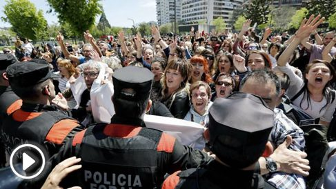 La Policía Foral de Navarra contiene a los manifestantes ante el Palacio de Justicia de Navarra tras la lectura de la sentencia de 'La Manada'. (EFE)