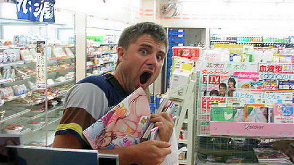 Un hombre adquiriendo una revista erótica en un comercio. Foto: @krawlito Flickr