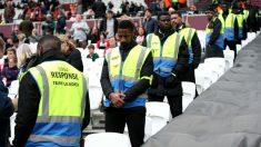 Los stewards durante un partido (Getty)