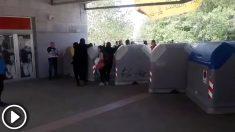 Estudiantes separatistas montando barricadas en la Universidad Autónoma de Barcelona