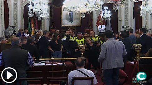 Una mujer se desamaya en el pleno de Cádiz y Kicji ni se inmuta