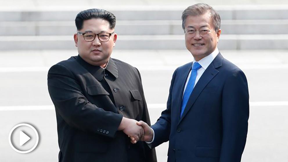 Histórico apretón de manos entre Kim Jong-un y Moon Jae-in en la zona desmilitarizada entre las dos Coreas. (Foto: AFP)
