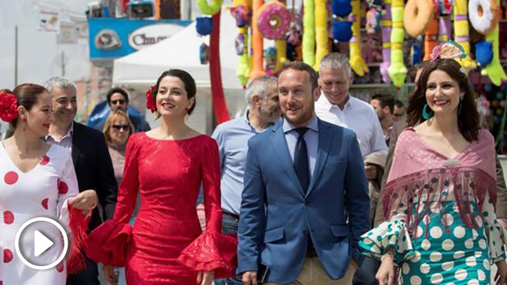 La líder de Ciudadanos en Cataluña y portavoz nacional del partido, Inés Arrimadas (2i), junto al presidente de la FECAC, Daniel Sainero (2d), y las diputadas Lorena Roldán (1d), y Sonia Sierra (1i), en su visita a la Feria de Abril de Cataluña. Foto: EFE