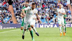 Casemiro recibe una falta durante el Real Madrid-Leganés. (Foto: Enrique Falcón)