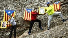 Independentistas subiendo las fotos de los presos golpistas a Montserrat (Foto: AFP).