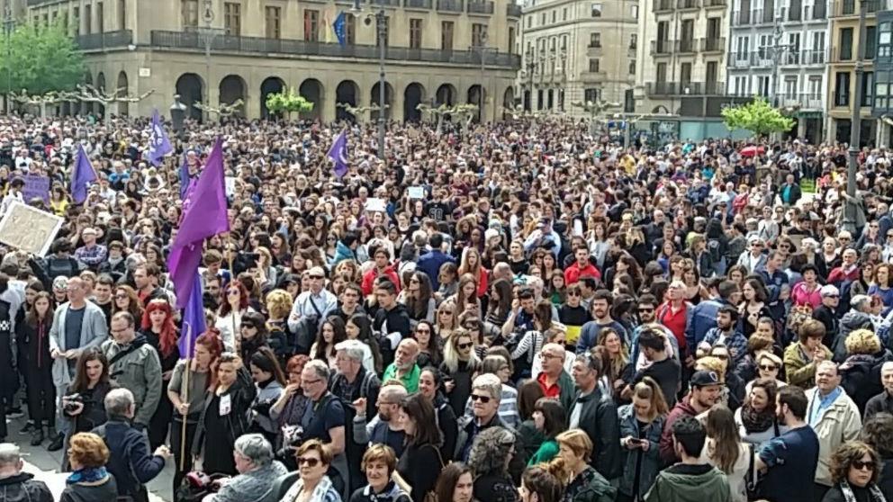 Miles de personas manifestándose en Pamplona contra la sentencia impuesta a 'La Manada'. Foto: @ieguiguren