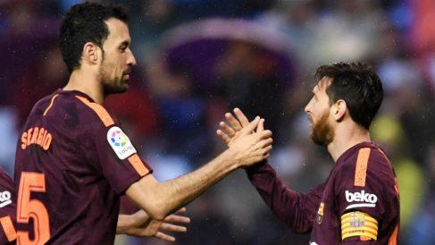 Sergio Busquets celebra un gol de Messi. (Getty)