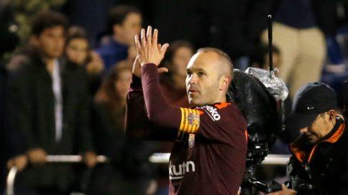 Iniesta saluda a la afición del Deportivo tras la consecución de la Liga con el Barcelona. (EFE)