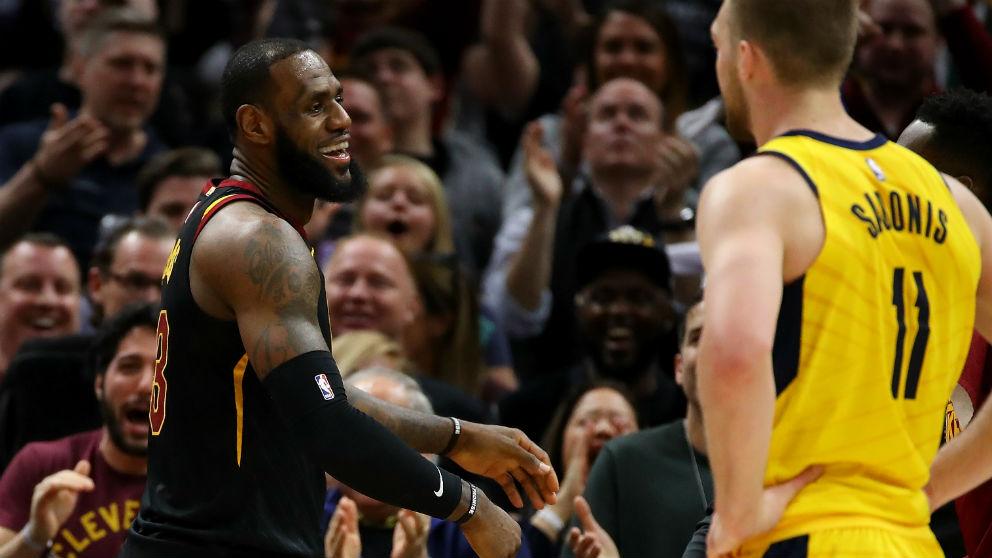 LeBron James sonríe tras sellar el pase a semifinales. (AFP)