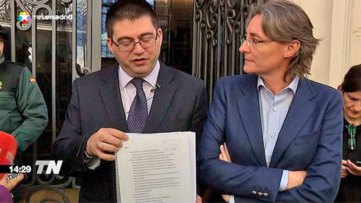 Los ediles Carlos Sánchez Mato y Marta Higueras muestran la denuncia del 'caso MercaOcio' a las puertas de la Fiscalía Anticorrupción.