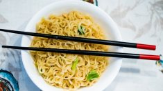 Aprende a comer con palillos chinos paso a paso.