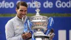 Rafa Nadal muerde el trofeo de campeón del Conde de Godó. (AFP)