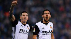 Santi Mina y Parejo celebran un gol con el Valencia. (Getty)