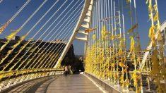 Un puente repleto de lazos amarillos