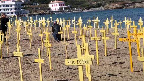 Cruces amarillas plantadas en una playa de Cataluña | Noticias de última hora Cataluña