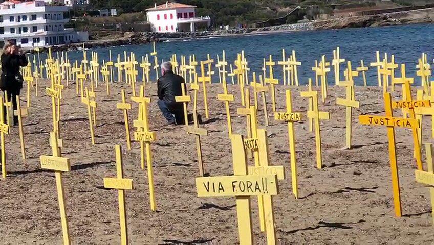 Cruces amarillas plantadas en una playa de Cataluña   Noticias de última hora Cataluña