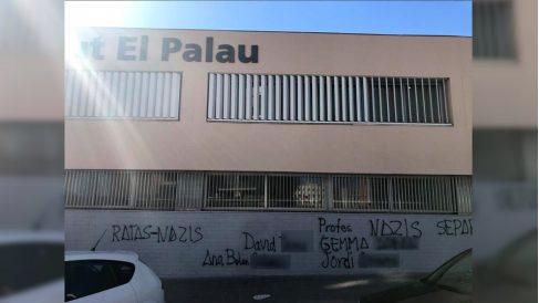 Pintadas en la fachada del barcelonés Instituto Palau contra los profesores acosadores de los hijos de guardias civiles.