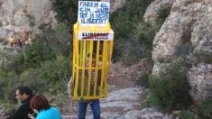 Separatista con medio cuerpo metido en una jaula amarilla