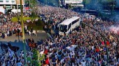 La afición del Real Madrid recibiendo a los futbolistas en la Plaza de los Sagrados Corazones.