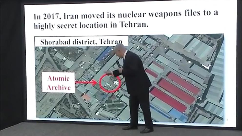 El primer ministro israelí, Benjamin Netanyahu, mostrando las pruebas del programa de Irán para construir armas nucleares.