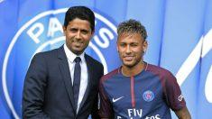Neymar posa con el dueño del PSG, Nasser Al-Khelaifi.