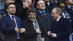 Puigdemont, junto a Bartomeu y Florentino en el Camp Nou. (EFE)