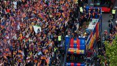 La rúa del Barcelona por las calles de la Ciudad Condal. (EFE) | Liga Santander