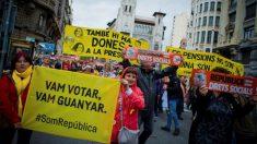 Manifestación en favor de la República de los Derechos Sociales convocada hoy en Barcelona por la plataforma Alcem-nos, formada por la ANC, la Intersindical-CSC, con motivo del Primero de Mayo para reivindicar «la república de los derechos sociales» (EFE).
