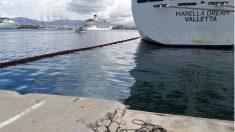 Vertido de fuel del crucero 'Marella Dream' en el puerto de Palma.