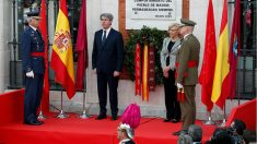 Ángel Garrido, presidente en funciones de la Comunidad de Madrid, y Manuela Carmena, alcaldesa de la capital, en la celebración del 2 de mayo. (EFE)