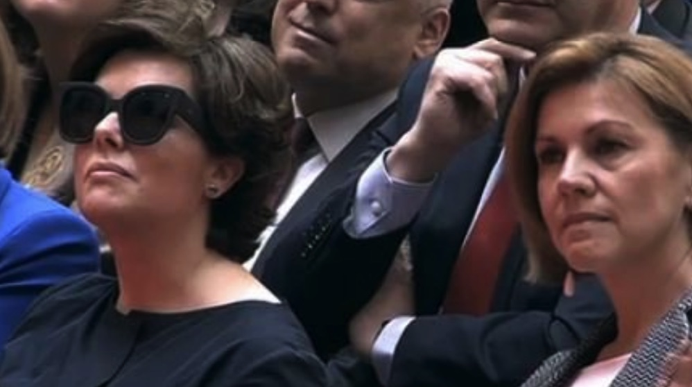 La vicepresidenta con gafas.